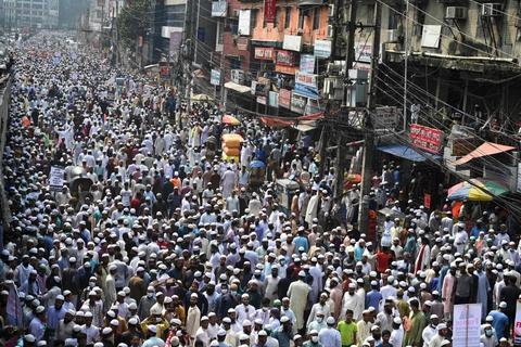 Ifølge politiet i Bangladesh demonstrerer 40.000 mennesker i hovedstaden Dhaka mod Frankrig og præsident Emmanuel Macron, der anklages for at være antimuslimske.
