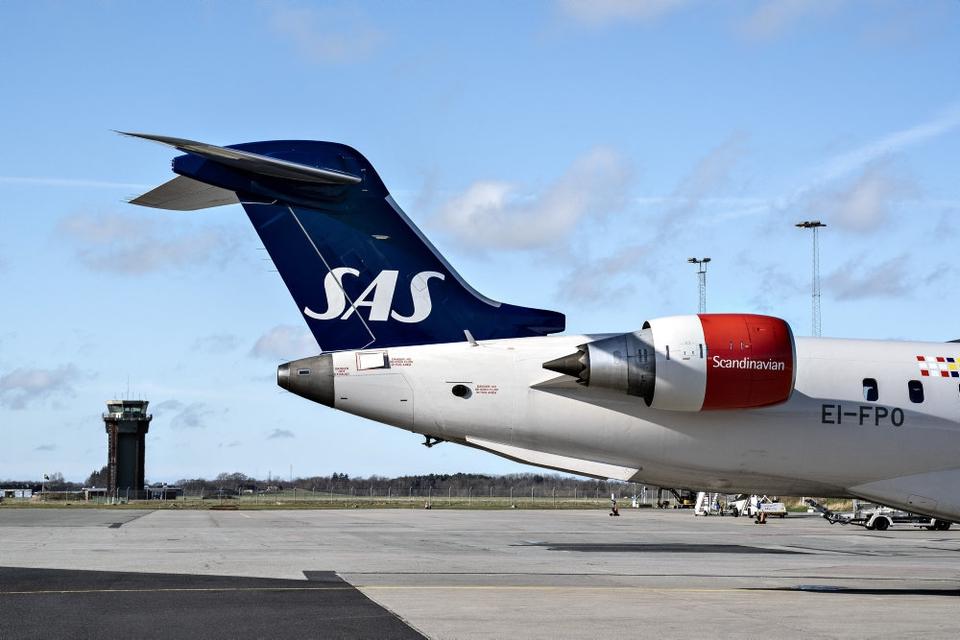 SAS har indført en række tiltag på sine fly for at mindske smitterisikoen. Man skal bære ansigtsmaske, der bliver ikke serveret mad, og blade, puder og tæpper er fjernet fra flyene. (Arkivfoto)