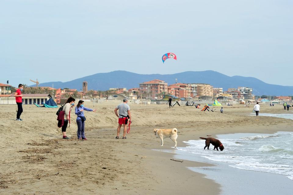 Udgangsreglerne er så småt ved at blive lempet i Italien. I weekenden kørte mange italienere til stranden for første gang i ugevis.