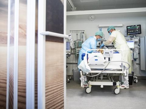 Unge udgør en større andel af indlagte med coronavirus - men det er ikke fordi virus er blevet farligere for yngre, vurderer ledende overlæge på Aarhus Universitetshospital. (Arkivfoto).