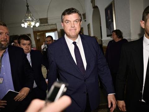 Minister for fødevarer, fiskeri og ligestilling Mogens Jensen (S) træder tilbage. Han har ikke Folketingets tillid efter ulovlig ordre om aflivning af alle mink i Danmark.