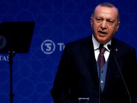 Grækenland og Tyrkiet gav mandag efter for pres fra EU og Nato, da de to lande indledte deres første direkte forhandlinger i næsten fem år om deres ophedede konflikter i den østlige del af Middelhavet.