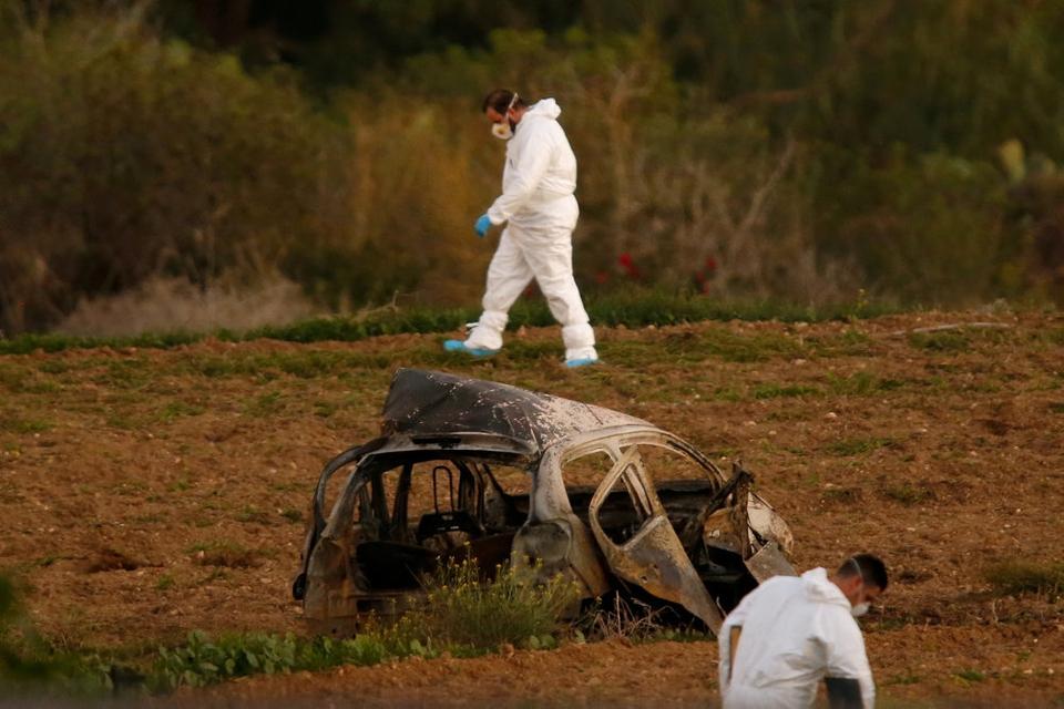 Politiets teknikere undersøger vraget af Daphne Caruana Galizias bil i oktober 2017. En kraftig bilbombe kostede den undersøgende maltesiske journalist livet. (Arkivfoto)
