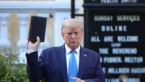 Ifølge flere medier brugte politiet tåregas og gummikugler mod fredelige demonstranter for at tvinge dem væk fra området omkring den kirke i nærheden af Det Hvide Hus, hvor Donald Trump senere lod sig fotografere med en bibel i hånden.