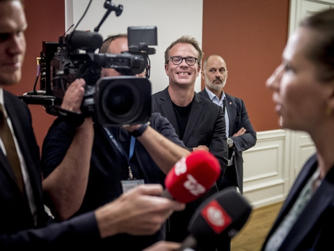 Stabschef Martin Rossen smiler, mens Mette Frederiksen taler med pressen efter regeringsforhandlinger på Christiansborg, mandag den 24. juni 2019. Tirsdag har han sagt sin stilling op. (Arkivfoto)