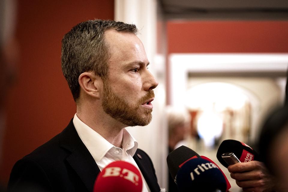 Jakob Ellemann-Jensen kommer ud fra gruppemøde. Partiet Venstre holder gruppemøde på Christiansborg for første gang efter, at den tidligere næstformand Kristian Jensen er blevet frataget sit ordførerskab og sine udvalgsposter, tirsdag den 14. januar 2020. (Foto: Ida Guldbæk Arentsen/Ritzau Scanpix)