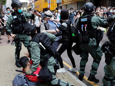 En omstridt national sikkerhedslov er blevet godkendt af Kina, efter at pro-demokratiske demonstranter i månedsvis har protesteret mod en indskrænket demokrat i Hongkong.