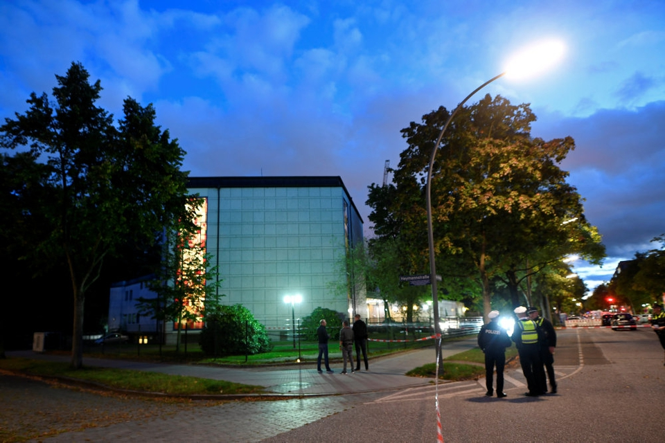 Politiet i Hamburg har anholdt en mand, som menes at stå bag angreb foran synagoge søndag.