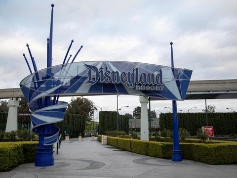 Dørene til Californiens forlystelsesparker som Disneyland har været lukket i månedsvis på grund af coronapandemien. De kan muligvis genåbne igen fra april.