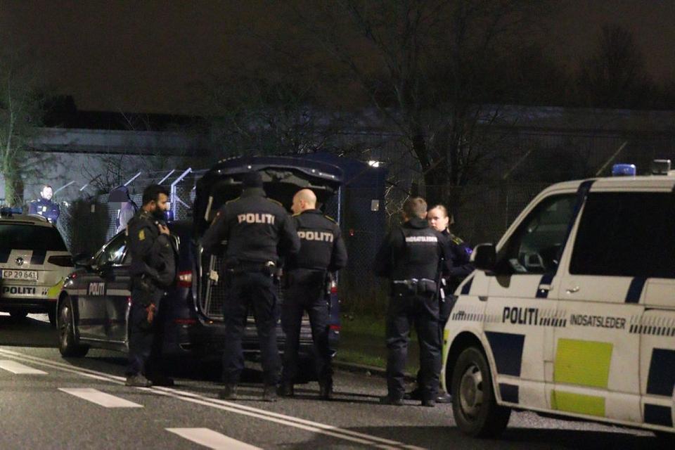 Politiet har hele natten været til stede i Gellerupparken i Aarhus.