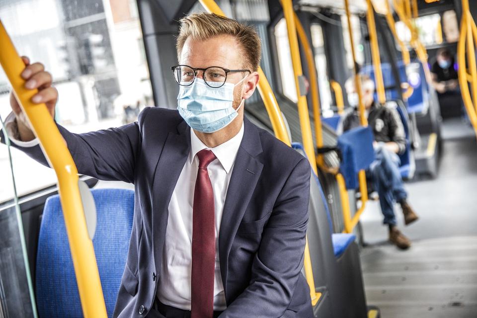 Transportminister Benny Engelbrecht (S) kører med offentlig transport på førstedagen med krav om mundbind i offentlig transport, i København lørdag den 22. august 2020.. (Foto: Ólafur Steinar Rye Gestsson/Ritzau Scanpix)
