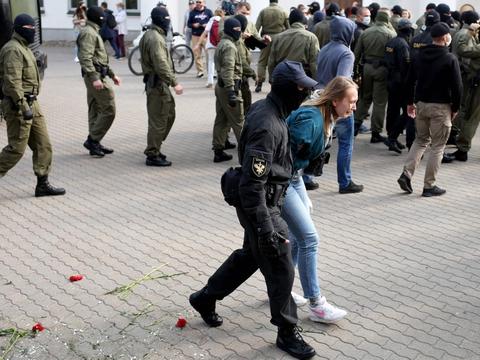 Politi har søndag anholdt omkring 250 mennesker ved protestaktion i Hvideruslands hovedstad, Minsk, hvor mindst 100.000 demonstranter er samlet til en ny regeringsfjendtlig aktion.