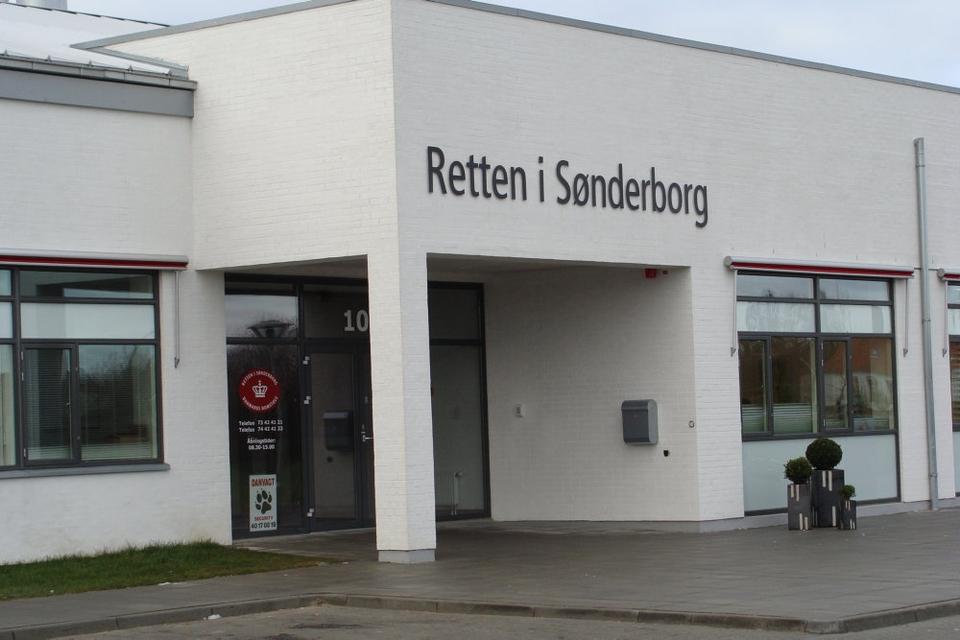 En 41-årig mand erkendte fredag i Retten i Sønderborg, at han sidste år dræbte sin ekskone med flere knivstik i halsen. Retten fandt, at det var en skærpende omstændighed, at parrets fire børn overværede drabet og idømte ham 13 års fængsel.(Arkivfoto).