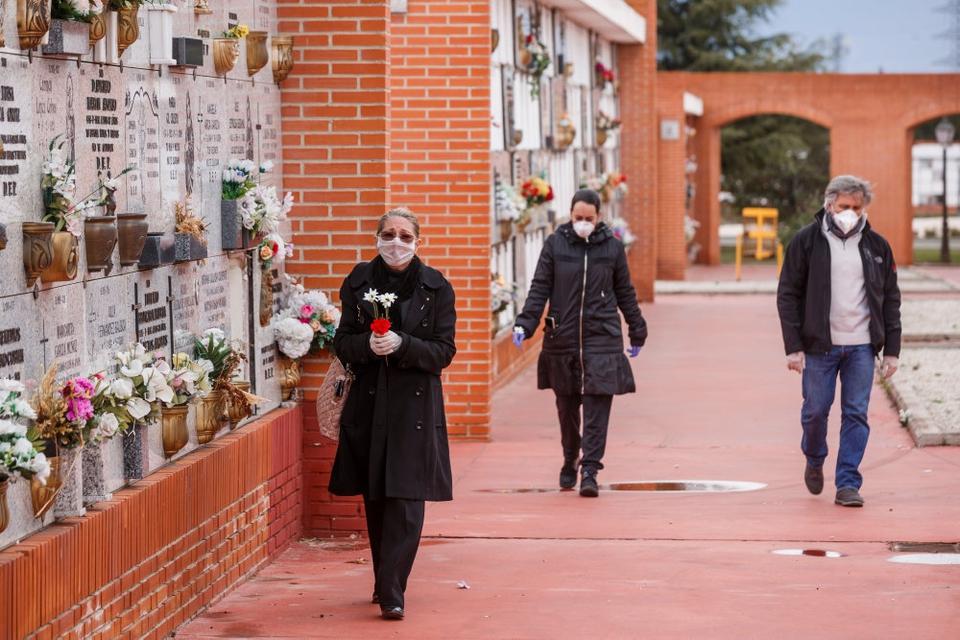 Med masker for ansigtet ankommer pårørende og venner til begravelser på en af kirkegårdene i Spaniens hovedstad, Madrid, søndag. Mandag er der på et døgn registreret over 500 corona-relaterede dødsfald i Spanien.