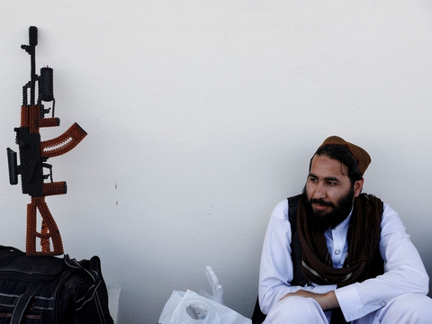 A newly freed Taliban prisoner sits at Pul-i-Charkhi prison, in Kabul, Afghanistan May 26, 2020. (Foto: Mohammad Ismail/Reuters/Ritzau Scanpix)
