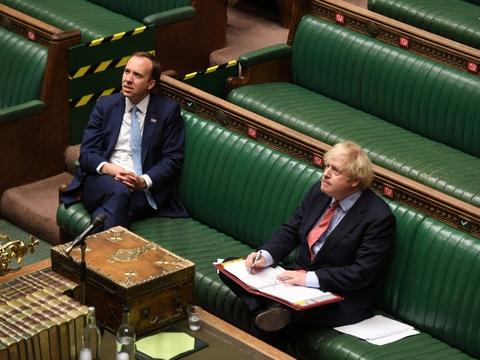 Premierminister Boris Johnson(th.) og resten af Storbritannien har fredag fået oplyst, at den britiske økonomi skrumpede med en femtedel - og det er bredt funderet i stort set alle dele af det britiske samfund, lyder det fra analytiker. (Arkivfoto)