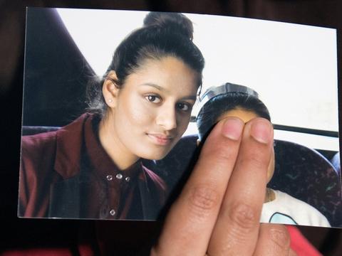 En søster viser et billede af den yngre søster, Shamima Begum, som teenager i Storbritannien, kort inden hun som 15-årig rejste til Syrien sammen med to veninder og giftede sig med en kriger fra Islamisk Stat.