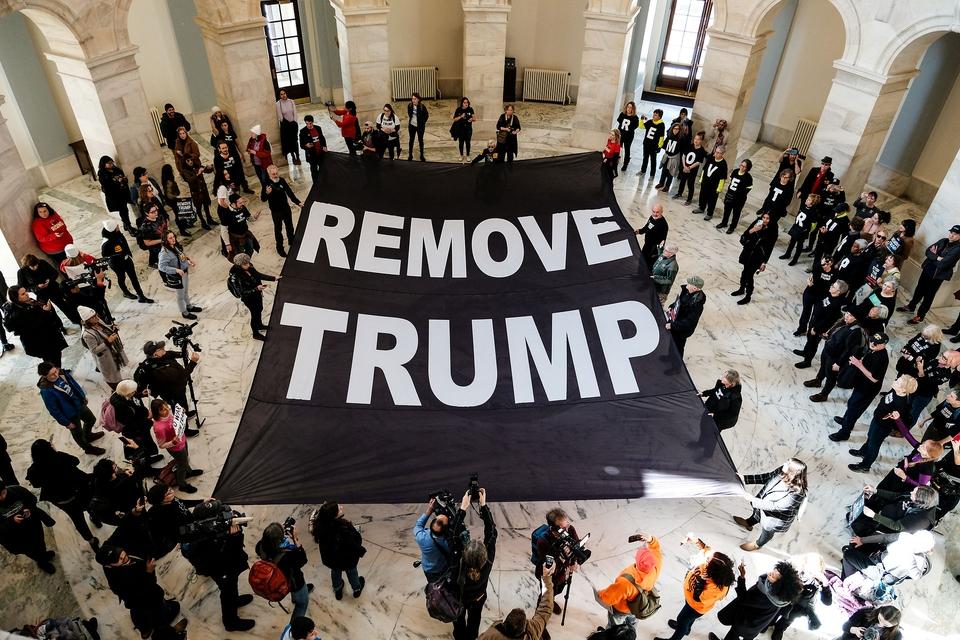 Demonstranter med banner, der opfordrer til at fjerne Trump fra præsidentembedet, var den 16. januar mødt op inde i Senatet.(Foto: Michael McCoy/Ritzau Scanpix)
