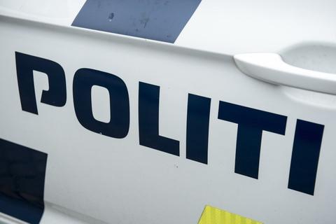 Midt- og Vestjyllands Politi rykkede søndag ud til en ulykke på Løvskal Landevej nord for Bjerringbro. En bilinspektør skal undersøge stedet. (Arkivfoto)