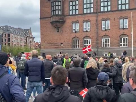 """Den 16. maj afholdt bevægelsen """"Sammen For Frihed"""" sin første demonstration mod corona-indgrebene på Rådhuspladsen. (Foto: Screenshot fra bevægelsens Facebook-side)"""