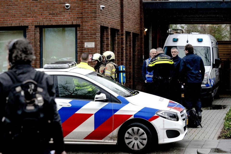 En brevbombe er torsdag gået af hos en virksomhed i den hollandske hovedstad, Amsterdam. Tidligere på dagen blev en anden brevbombe i byen Leusden nordøst for Utrecht desarmeret. Ingen er kommet til skade. Onsdag gik også to brevbomber af.