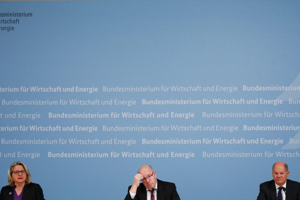 Finansminister Olaf Scholz, økonomi- og energiminister Peter Altmaier og miljøminister Svenja Schulze præsenterede torsdag den nye køreplan.