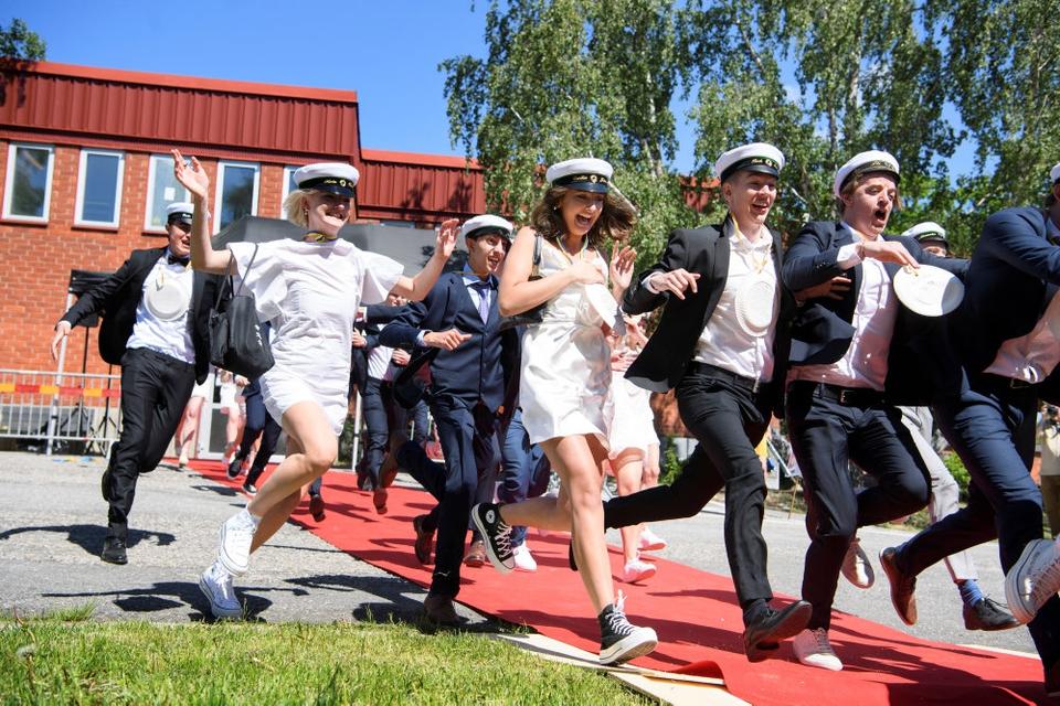 Glade unge på Nacka Gymnasium i Stockholm fejrer, at de er blevet studenter. Men den fortsat coronakrise med mange døde får skepsissen til at vokse i andre dele af det svenske samfund.