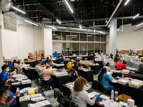 Valgtilforordnede tæller stemmer i Atlanta, Georgia, på valgnatten i sidste uge. Nu skal stemmerne tælles en ekstra gang - og så måske en gang mere.
