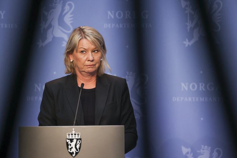 Borgere fra EØS-landene har igen mulighed for at besøge familiemedlemmer i Norge. Det oplyser den norske justitsminister, Monica Mæland (foto), tirsdag. Lempelsen gælder også  EØS-borgere, som ejer en bolig i landet.