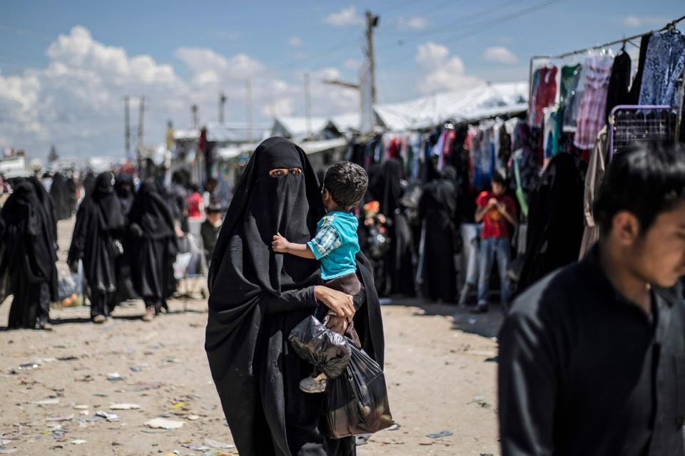 Tusindvis af kvinder og børn, hvis mænd og fædre formodes at have kæmpet for Islamisk Stat - og som muligvis selv har været en del af bevægelsen - sidder nu indespærret i al-Hol lejren i Syrien, hvor forholdene fra flere sider beskrives som yderst vanskelige. (Arkivfoto)