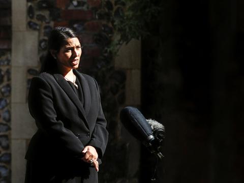 En mand, som dræbte tre og sårede tre andre i den engelske by Reading lørdag, var alene om angrebet ifølge den britiske indenrigsminister, Priti Patel.