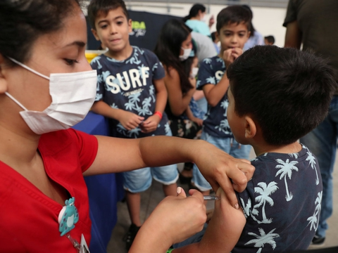 I Tyskland er ti procent helt afvisende over for at lade sig vaccinere mod coronavirus, hvis muligheden opstår. Det viser en ny undersøgelse. En stor andel af tyskerne er også modstandere af at få deres børn vaccineret. (Arkivfoto)