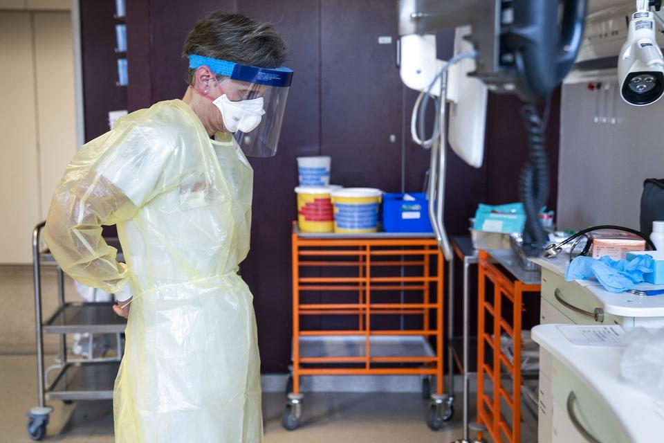 Ledende oversygeplejerske på infektionsmedicinsk afdeling, Helle Ingmer, ifører sig det beskyttelsesudstyr, som læger og sygeplejersker skal være klædt i, i tilfælde af at coronavirussen skulle sprede sig til Danmark, Hvidovre Hospital, onsdag den 29. januar 2020. (Foto: Ida Marie Odgaard/Ritzau Scanpix)