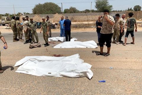 FILE PHOTO: Fighters loyal to Libya's internationally recognised government gather near covered bodies after regaining control over the city, in Tripoli, Libya, June 4, 2020. (Foto: Staff/Reuters/Ritzau Scanpix)