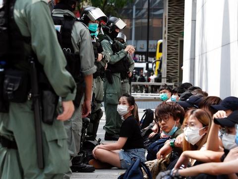 Politiet i Hongkong skød onsdag med pebberkorn mod demonstranter og foretog 300 anholdelser. Det skete, da tusindvis af mennesker var på gaden for at udtrykke deres vrede over en national sikkerhedslov foreslået af Kina