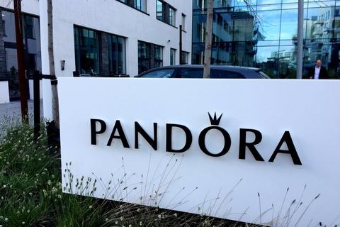 Smykkevirksomheden Pandora er en af de virksomheder, som nu beder de ansatte om at arbejde hjemmefra. (Arkivfoto)