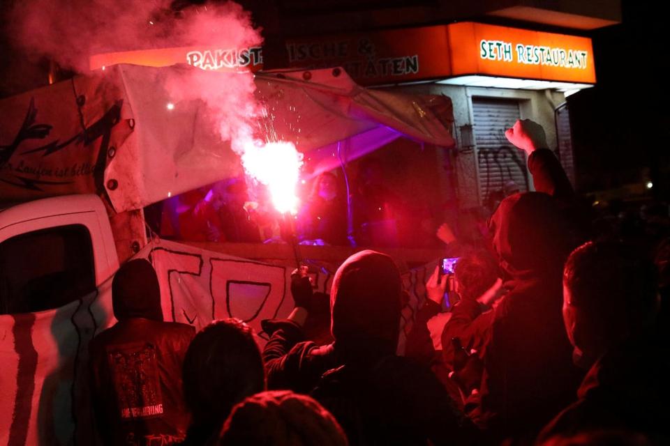 Demonstranter var allerede torsdag aften på plads nær Liebigstrasse, hvor en besat bygning skal ryddes fredag morgen.