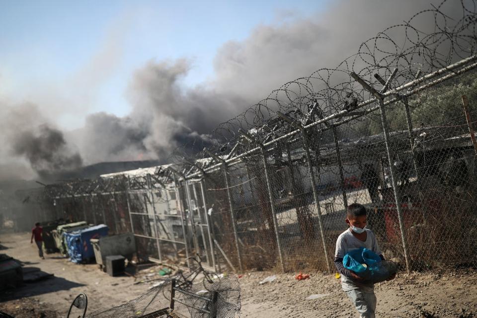 En storbrand ødelagde onsdag Moria-flygtningelejren på den overbefolkede græske ø Lesbos. Omkring 25 brandmænd med 10 slukningskøretøjer kæmpede mod flammerne, mens migranter og flygtninge blev evakueret fra området.