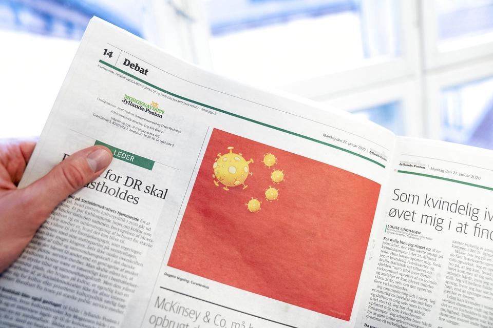 Satiretegning af Coronavirus på det kinesiske flag af Jyllands-Postens tegner Niels Bo Bojesen i Jyllands-Posten udgave mandag den 27. januar 2020. (Foto: Ida Marie Odgaard/Ritzau Scanpix)