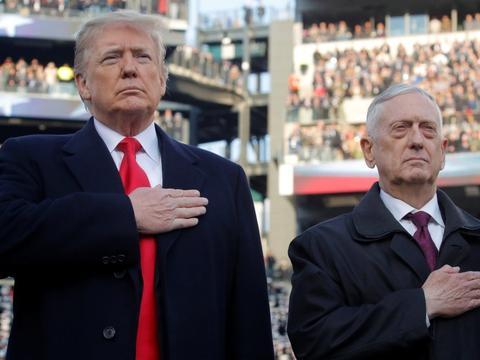 Donald Trumps første forsvarsminister, Jim Mattis (til højre), beskylder Trump for at splitte fremfor at forene amerikanerne. (Arkivfoto).