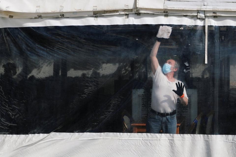 En mand vasker af i en restaturant i Baracelona, efter at restriktioner er blevet lempet. Spanien har gennemført flere lempelser frem mod mod en normalisering, men både i Madrid og Barcelona vil restriktioner blive opretholdt indtil videre. (Arkivfoto)