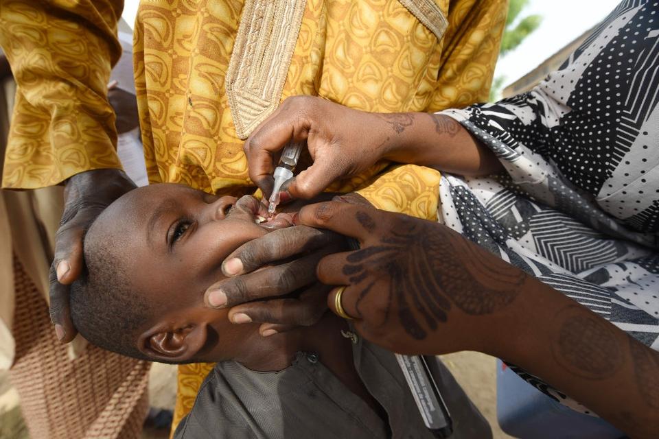 Det afrikanske kontinent lægger flere årtier med den smitsomme sygdom polio bag sig. Men både covid-19 og en ny form af polio truer fremtidens bekæmpelse. Her ses et barn i Nigeria, der i 2017 blev vaccineret for polio. (Arkivfoto).