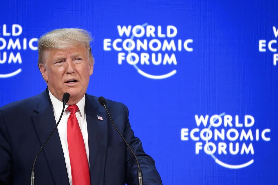 Præsident Donald Trump hylder USA's økonomiske succes og afviser klimaaktivisters dommedagsprofetier i en tale på førstedagen af et møde i Verdens Økonomiske Forum i Davos. (Foto: Fabrice Coffrini/AFP/Ritzau Scanpix)