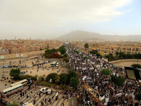 Tilhængere af Yemens houthi-oprørere gik i weekenden gennem hovedstaden Sanaa for at protestere mod en blokade indført mod landet af Saudi-Arabien og dets allierede. Houthi-oprørene støttes af Iran.