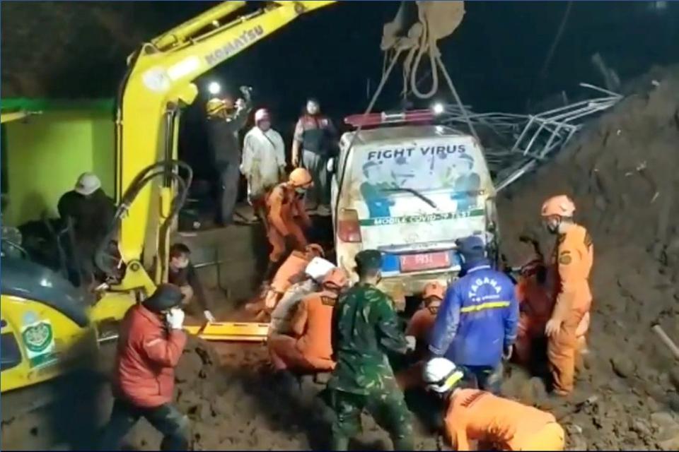 Redningsarbejdere frigør en ambulance, efter at den blev begravet i forbindelse med et jordskred i distriktet Sumedang på den vestlige del af øen Java i Indonesien.