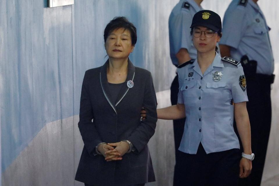 Sydkoreas afsatte præsident Park Geun-hye (tv) vil være oppe i 80'erne, når hun er færdig med at afsone fængselsstraffe på sammenlagt 22 år.  Torsdag har landets højesteret sat punktum i sagen, der blev indledt i 2017 (arkivfoto).