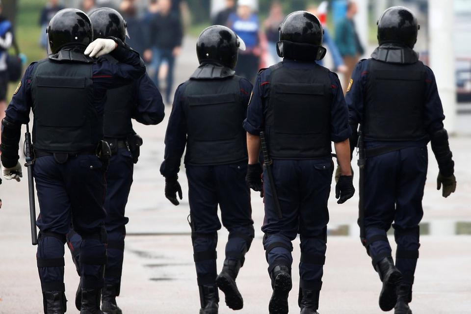 Hviderussisk politi er onsdag igen på plads i det centrale Minsk, hvor oppositionen fortsætter protesterne mod resultatet af valget den 9. august. Demonstranterne kræver, at valget går om. EU's 27 stats- og regeringschefer har på et møde onsdag meddelt, at de står på de fredelige demonstranters side.