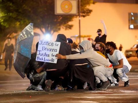 Demonstranter beskydes med plastickugler af politiet i byen Louisville i den amerikanske delstat Kentucky. Demonstranterne protesterer mod politiangreb på sorte. Det er udløst af det tilsynelandende politidrab på en sort mand i byen Minneapolis og nedskydningen af den sorte kvinde Breonna Taylor i marts. Hun blev dræbt af politiet i sit hjem i Louisville.
