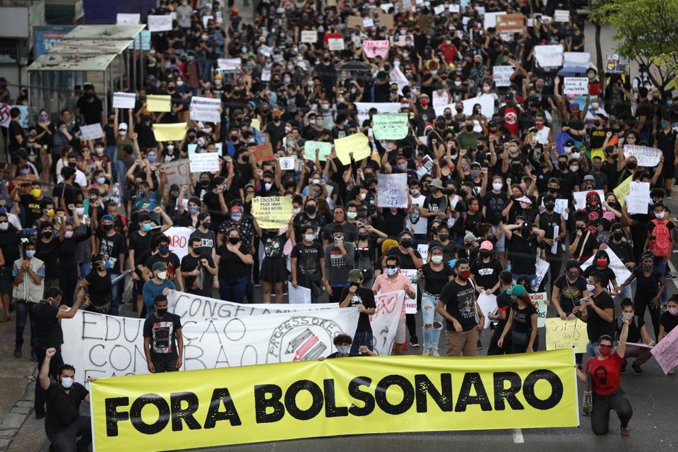 Brasiliens sundhedskrise er smeltet sammen med en politisk krise, da præsident Jair Bolsonaro åbent har været i sammenstød med lokal- og delstatsregeringer om coronatiltag. Der har været store demonstrationer både for og imod præsidenten. (Arkivfoto.)