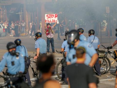 Flere demonstranter har protesteret i Minneapolis' gader, efter at en sort mand døde i politiet varetægt.